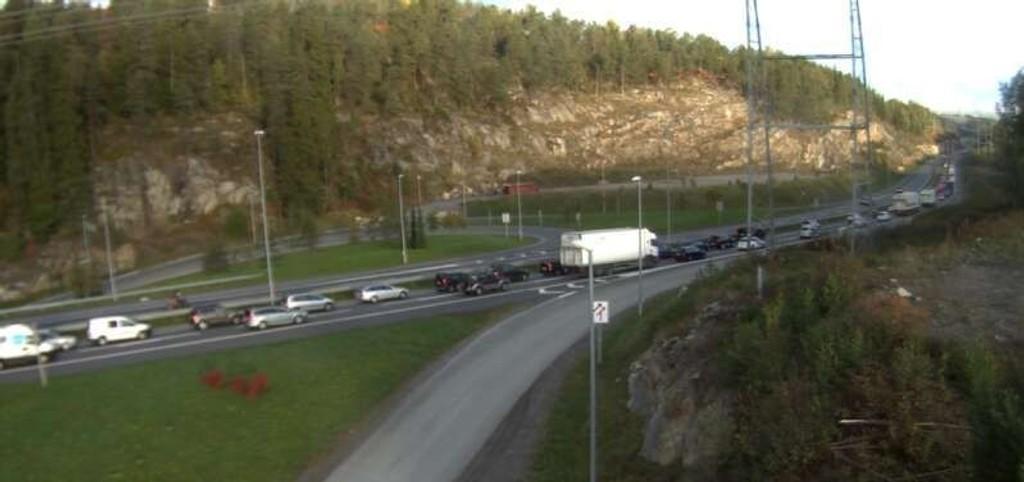 Det er lang kø på E6 mot Oslo fredag morgen, etter tre ulykker i området rundt Mortensrud og Skulleruddumpa.