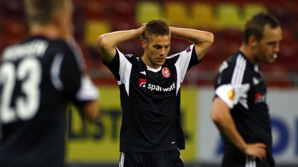 Kasper Risgard og de andre Aalborg-spillerne depper etter 0-6-tapet for Steaua i Europa League forrige uke.