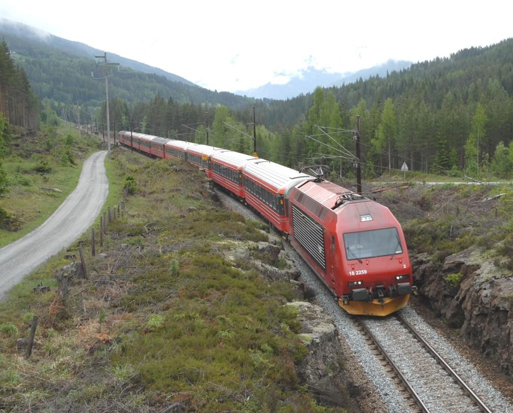 STENGT: Blant annet Bergensbanen, mellom Bergen og Hønefoss, stenges i helgen. Her ruller Bergensbanen gjennom Hallingdal.