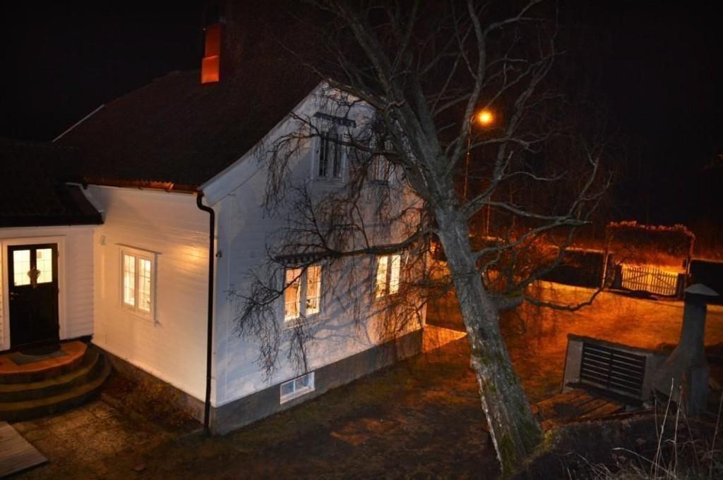 TATT AV VINDEN: Bjørka falt over huset på Torød under stormen tidlig i desember i fjor. Nå har Meteorologisk institutt sendt ut OBS-varsel for Østlandet. Det ventes kraftige vindkast.