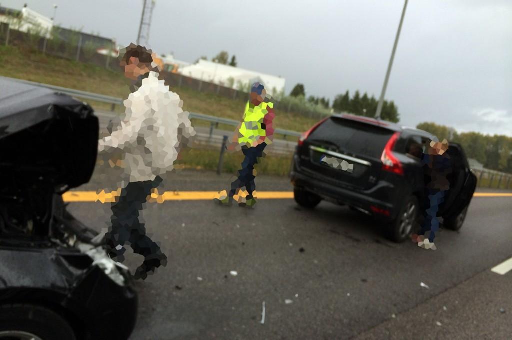 SMELL: En Mercedes drosjebil og en Volvo kolliderte fredag ettermiddag på E6