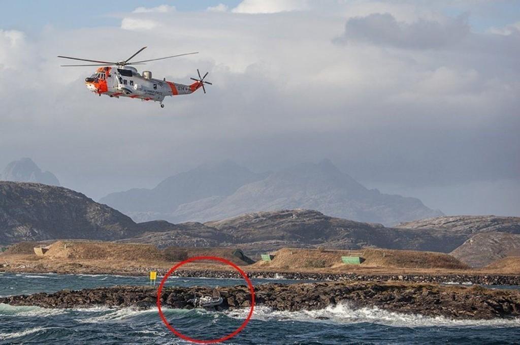 """Et Sea King redningshelikopter var sammen med redningsskøyta """"Skomvær III"""" og andre båter satt inn i letingen etter den savnede båten. Den ble funnet utenfor Bodø hovedflystasjon fredag ettermiddag. Båtføreren ble funnet noe senere."""
