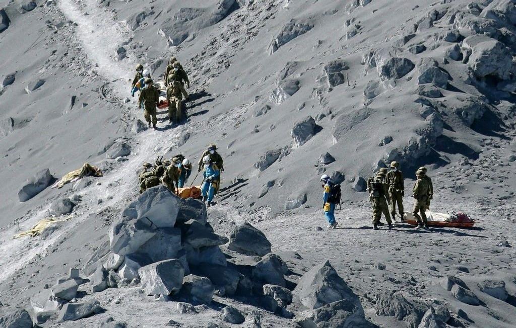 Over 500 mennesker deltar i redningsarbeidet på fjellet som ligger 20 mil vest for Tokyo.