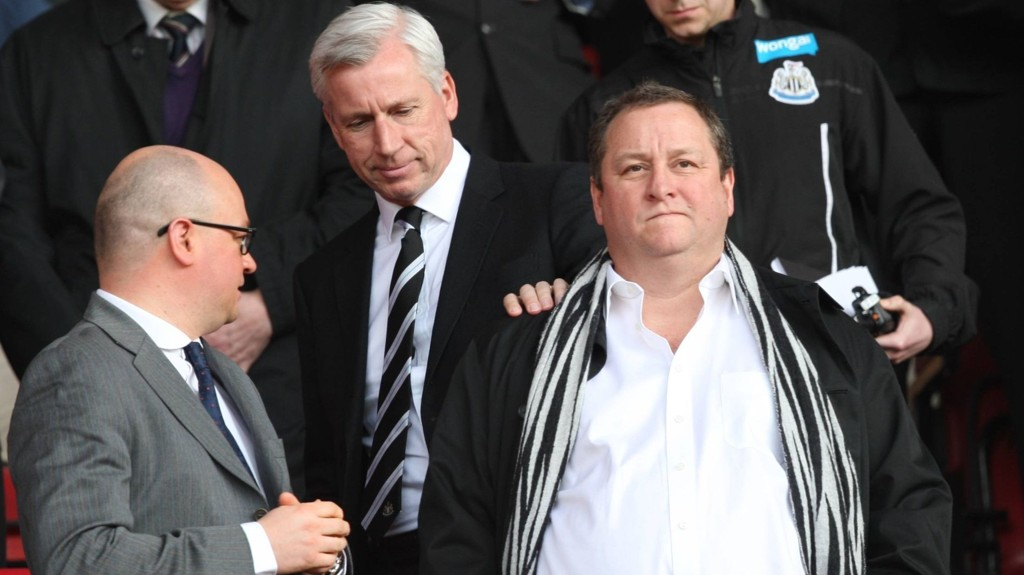 UNDER PRESS: Newcastle-eier Mike Ashley (t.h.) har lagt ekstra press på manager Alan Pardew (i midten) før det kommende møtet mot Stoke.