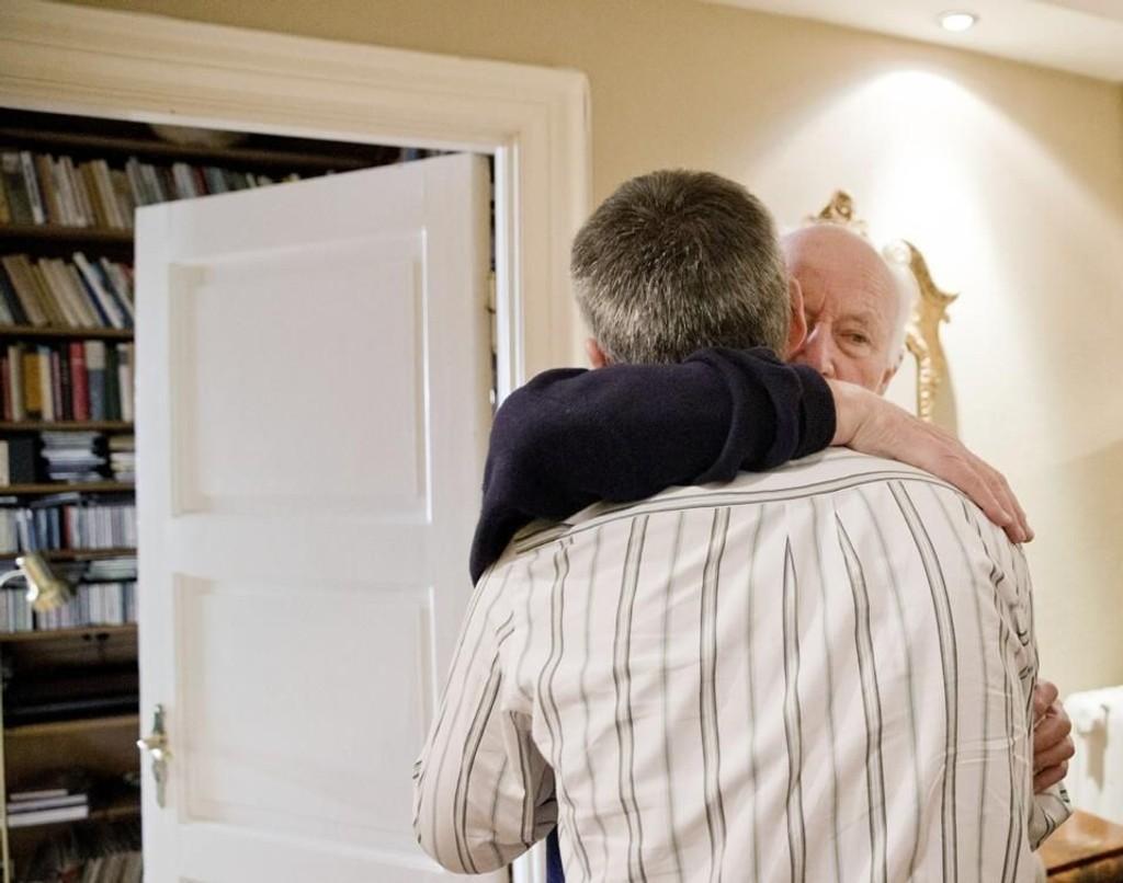 AVSKJEDSKLEM: Her tar Jens Stoltenberg farvel med faren Thorvald Stoltenberg før han drar til Brussel og sin nye jobb som NATO-sjef.