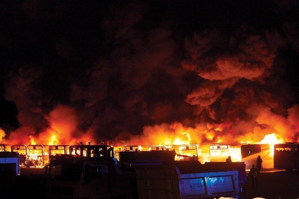 Natt til tirsdag begynte det å brenne på Unibuss sitt område på Borgeskogen. Da driftsjef Jack Larsen i Unibuss Vestfold kom til stedet ble han møtt av et trist syn - et bål av busser.