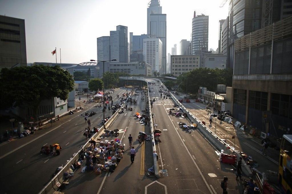 Deomstranter blokkerer hovedgaten inn til Hongkongs finansdistrikt. - Dette har potensial til å bli en stor krise, sier Christopher Huges fra London School of Economics.