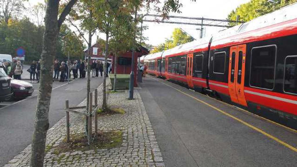 TOGKAOS: Mange passasjerer sleit tirsdag morgen med å komme seg inn til Oslo fra Oppegård og øvrige stasjoner på Østfoldbanen etter ulykken på Rosenholm stasjon. Her fra Oppegård stasjon. Rundt klokken 10 ble det åpnet for trafikk på Østfoldbanen igjen.