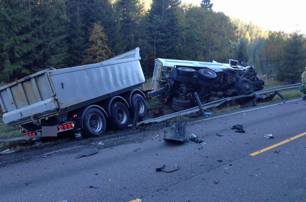 DØDSULYKKE: En lastebil og en personbil krasjet tirsdag morgen. En person er død og en alvorlig skadet etter ulykken.