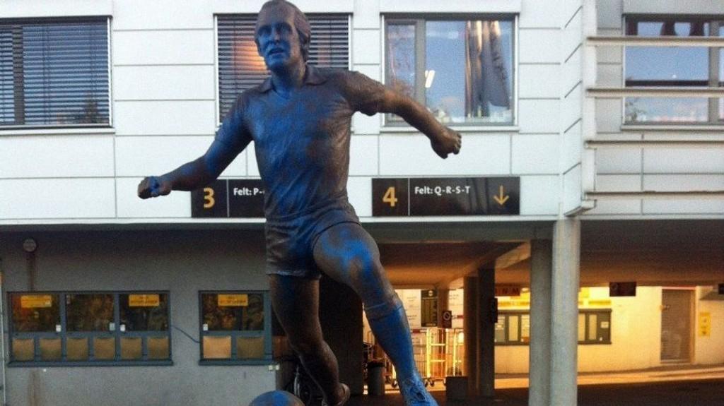 BLÅ: Slik så Tom Lund-statuen ut tirsdag.