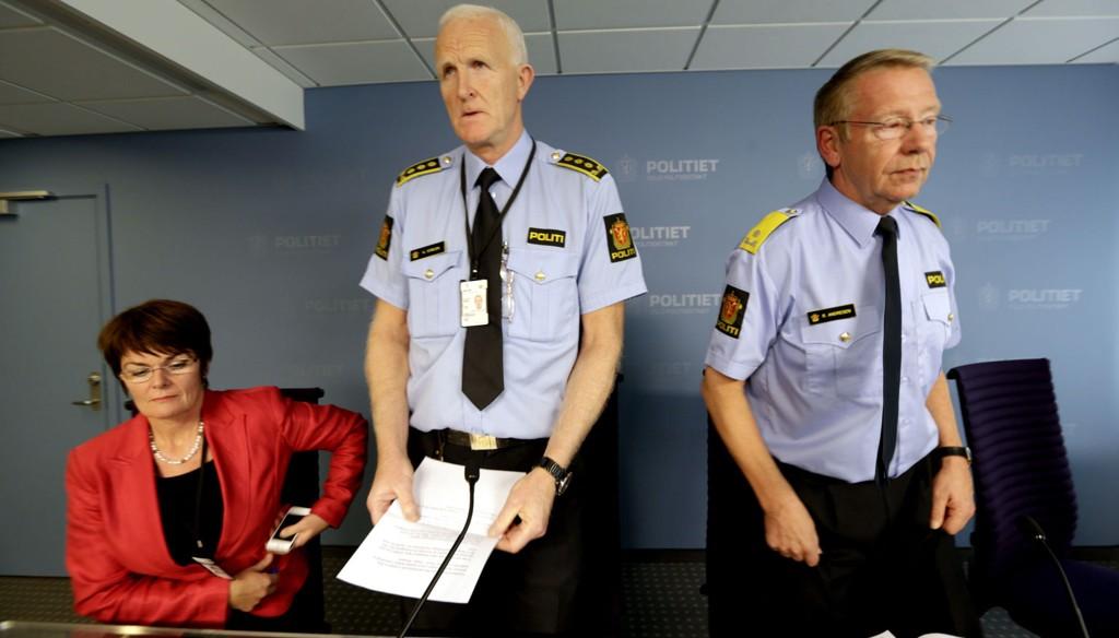 Infosjef Kari Huseby, stasjonsjef Kåre Stølen og visepolitimester Roger Andresen på pressekonferansen om organisert narkosalg tirsdag ettermiddag.