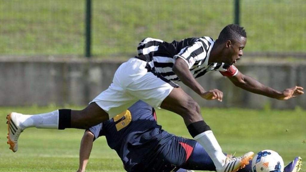 LEVER GUTTEDRØMMEN: Vajebah Sakor, med kapteinsbindet på armen, i aksjon for Juventus' juniorlag.