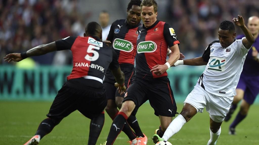 Guingamp spiller i Europa League grunnet seier over Rennes i cupfinalen i mai. Her ser vi Guingamp-spissen Christophe Mandanne (til høyre) i duell med Anders Konradsen (i midten).