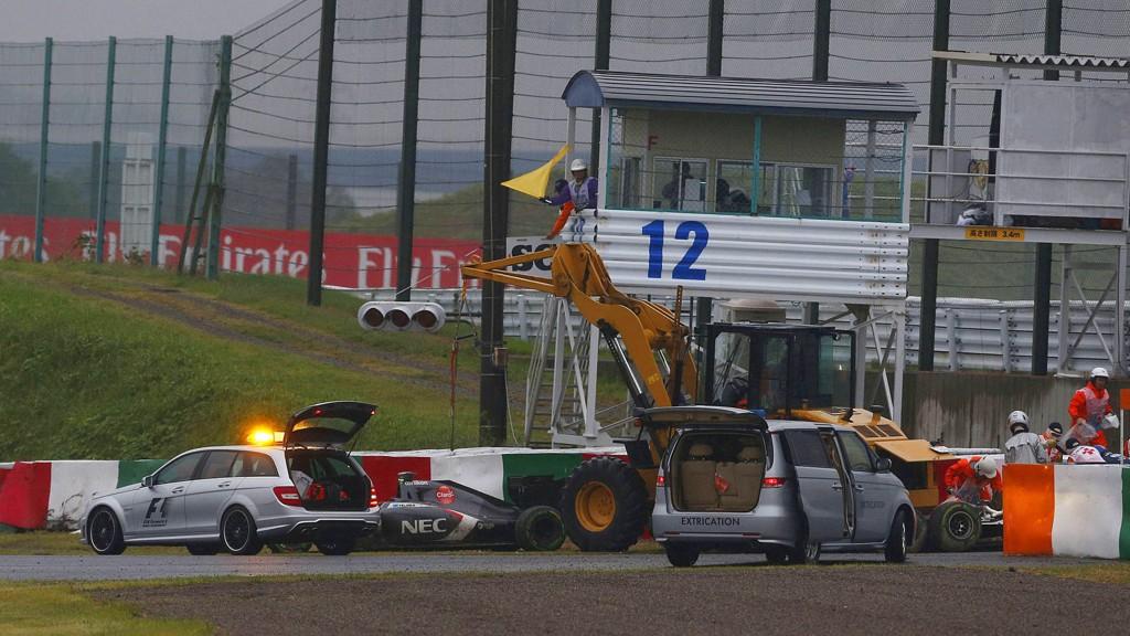 MAKS UFLAKS: Franske Jules Bianchi kjørte av banen og traff dette kjøretøyet under Japans Grand Prix på Suzuka-banen.