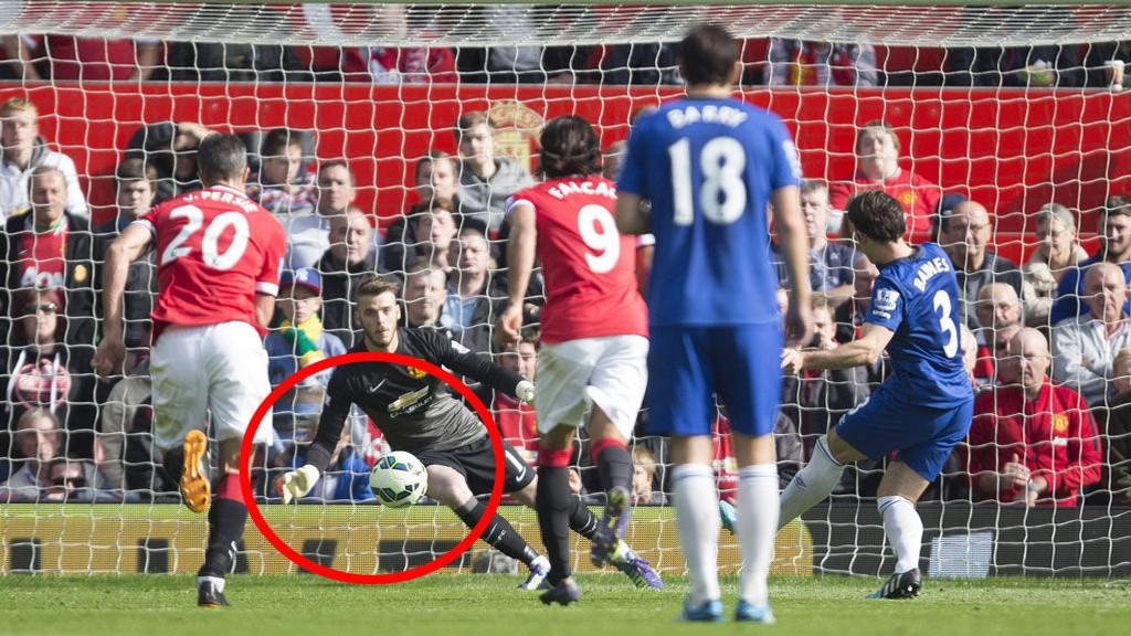 UNIK REDNING: David De Gea blir den første til å redde en straffe fra Leighton Baines i Premier League.