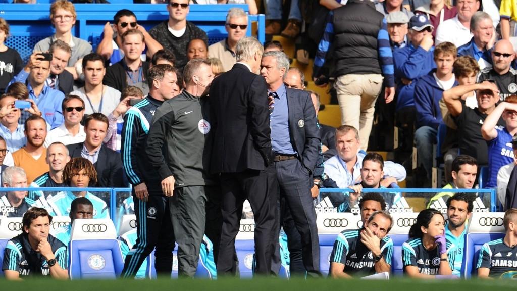 AMPERT: Arsenal-manager Arsene Wenger og Chelsea-manager Jose Mourinho barket sammen på sidelinjen under lørdagens toppoppgjør.