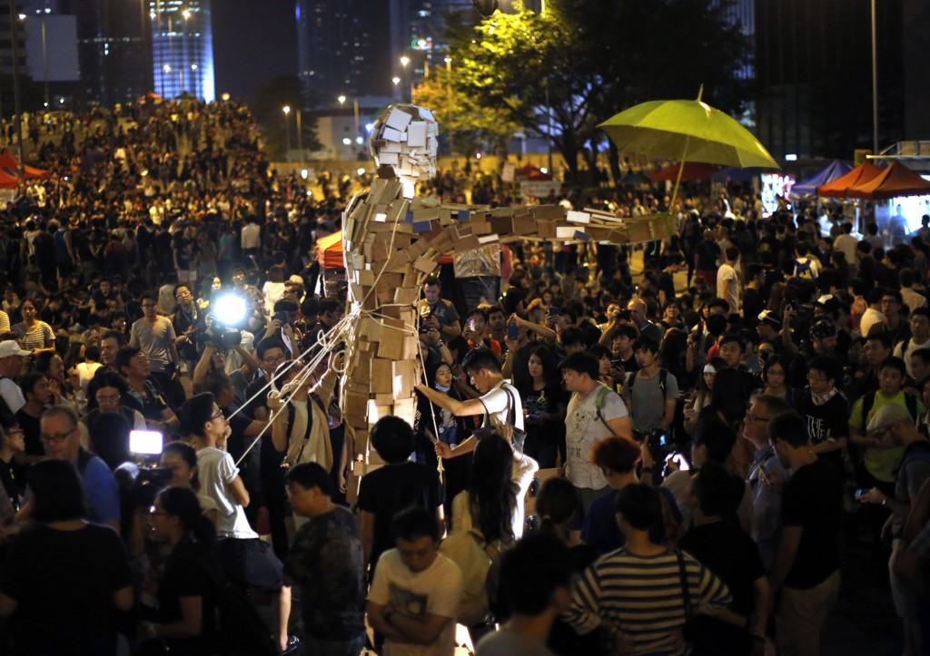 DEMONSTRASJONER: Ifølge Reuters var rundt 4.000 demonstranter samlet i Admiralty-distriktet søndag kveld. Mange demonstranter forlot området, samtidig som andre sluttet seg til folkemengden. Foto: Carlos Barria/Reuters/NTB scanpix