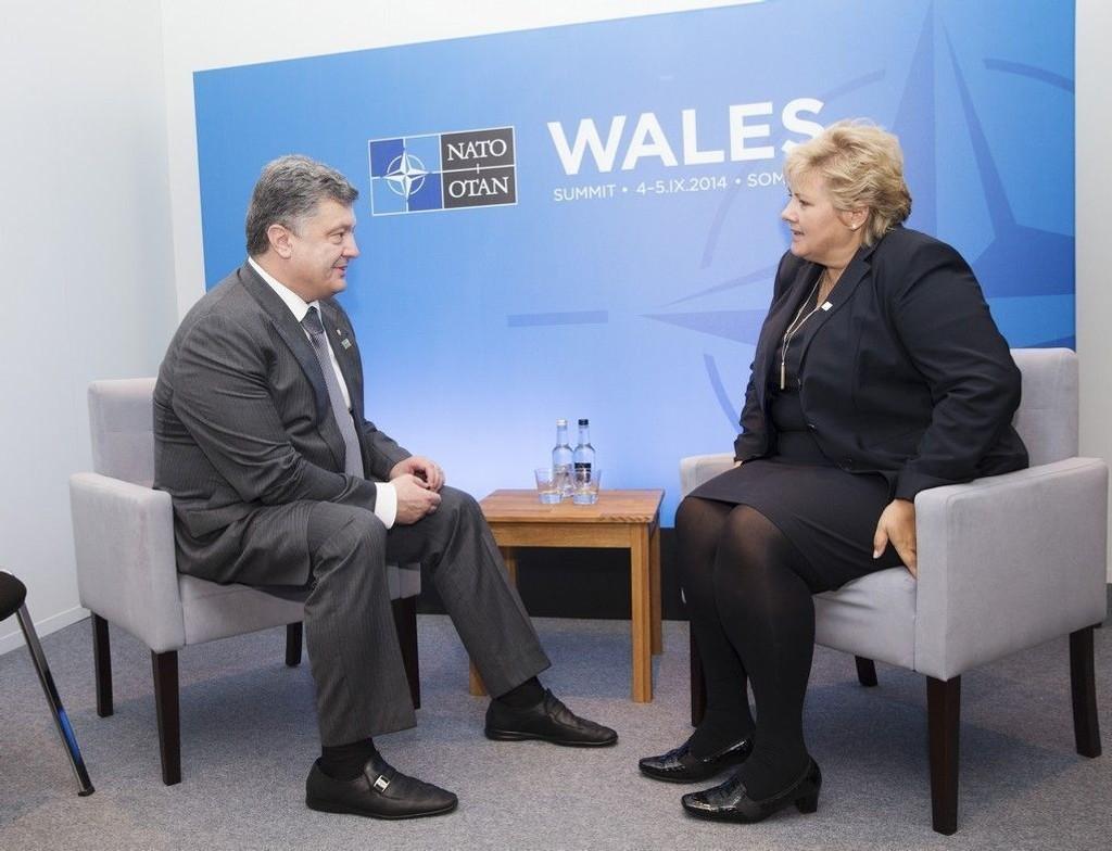 Statsminister Erna Solberg i samtale med Ukraina s president Petro Porosjenko i Wales setpember 2014.