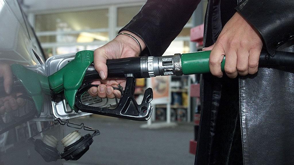 Selv om oljeprisen synker dramatisk, er det lite som skjer med drivstoffprisene i Norge.