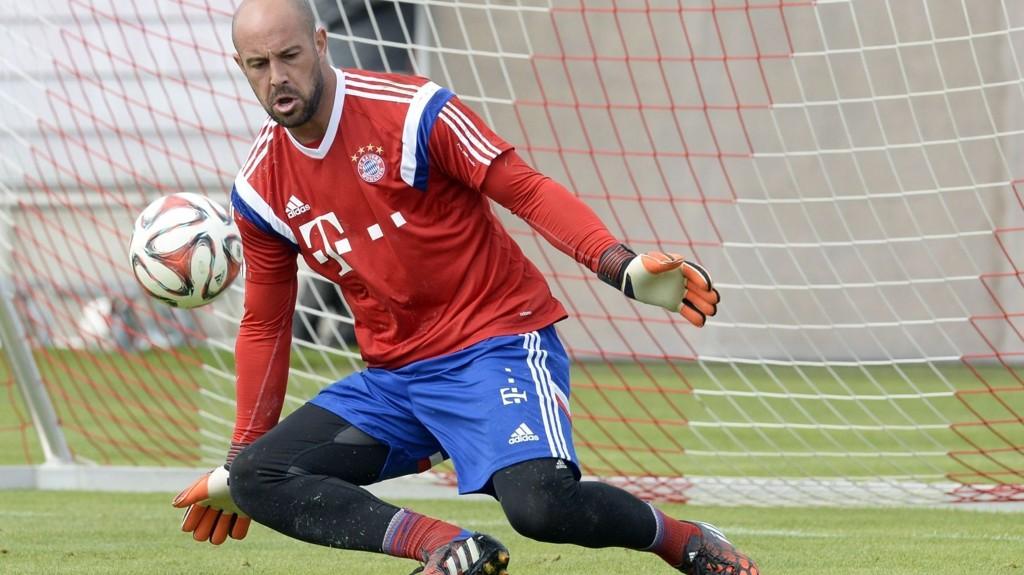 Bayern Münchens reservekeeper Pepe Reina er satt ut av spill i flere uker med en muskelskade.