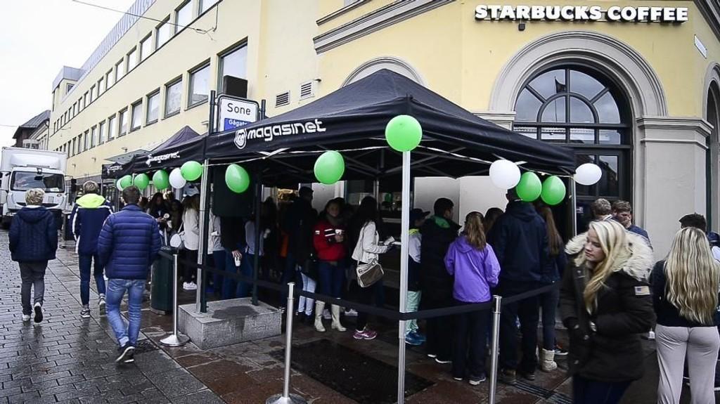LANG KØ: Det var lang kø og god stemning da Starbucks åpnet i Drammen.
