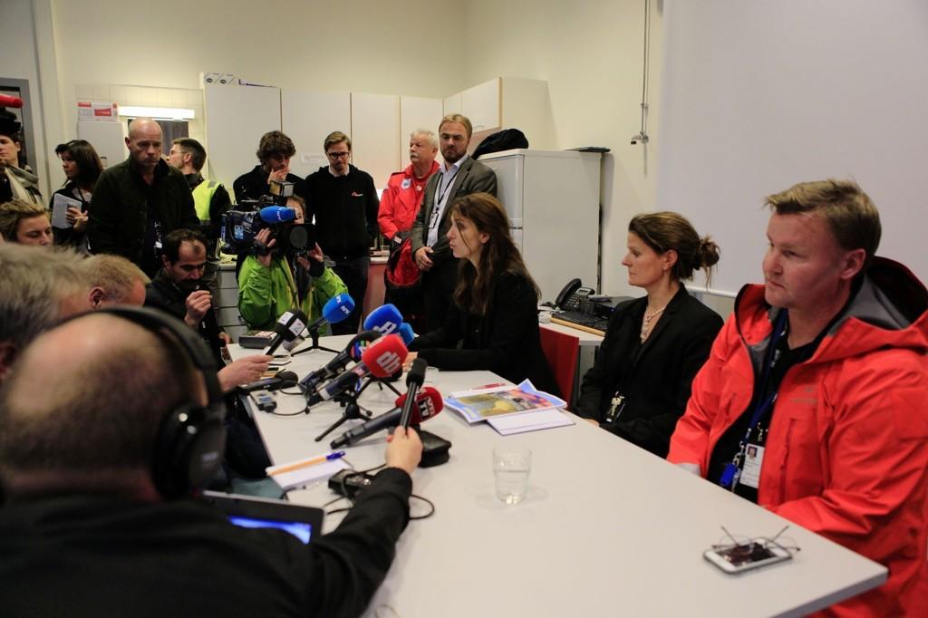VED GODT MOT: Generalsekretær i Leger uten Grenser Anne Cecilie Kaltenborn (t.v.), assisterende sykehusdirektør Cathrine Lofthus og overlege Espen Rostrup Nakstad forsikret på pressekonferansen at ebola-pasienten er ved godt mot.
