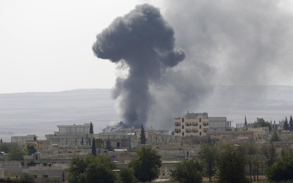 KRIGSSONE: Røyk stiger opp fra den syriske byen Kobani, sett fra grenseovergangen Mursitpinar ved Tyrkia fredag.
