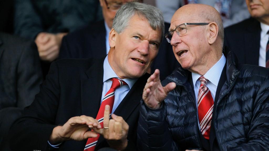 David Gill (t.v.), her med United-legende Bobby Charlton, kan bli ny FIFA-topp.