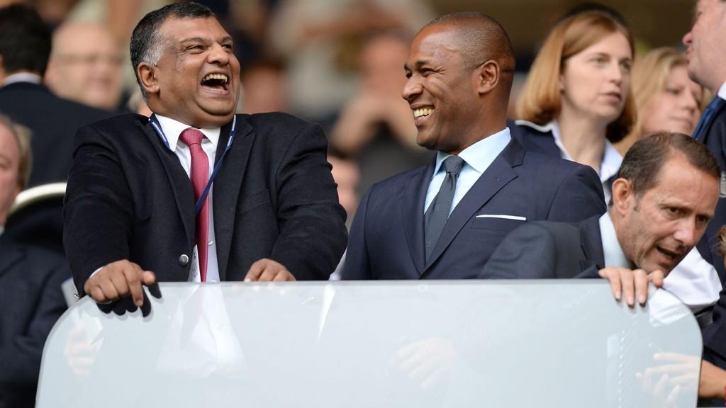 Les Ferdinand (t.h.) blir ansatt som fotballsjef i QPR.