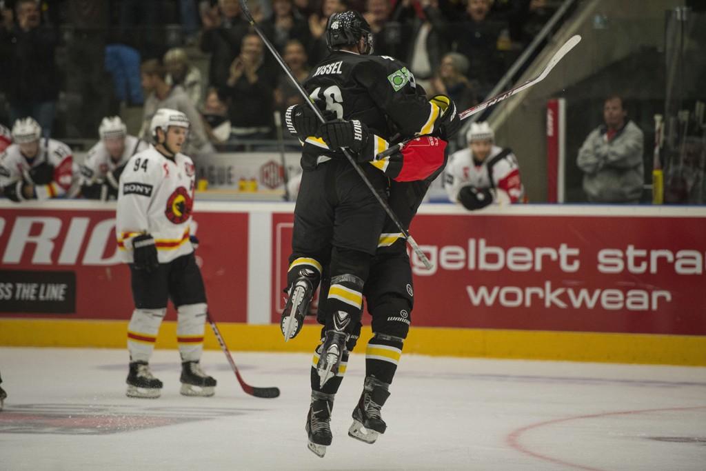 VANT: Stavanger Oilers' Dan Kissel hopper jublende mot Mathias Trettenes etter mål under CHL-kampen mellom Oilers og Bern i DNB arena.