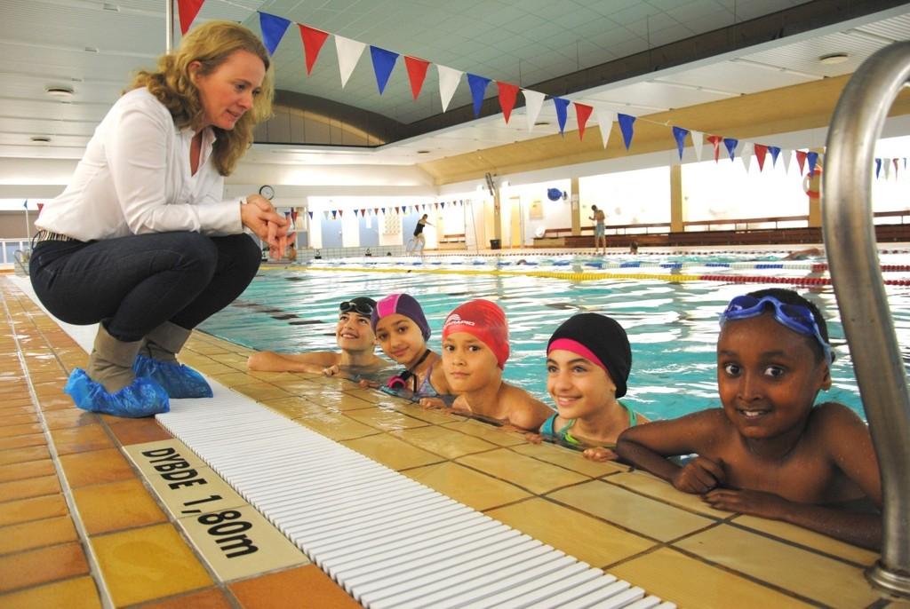 Byråd Anniken Hauglie (H) fikk oppleve skoleelevenes entusiasme og glede over at svømmekoden ble knekt på Holmlia bad i høstferien for blant andre disse: Fra v: Holmlia-eleven Haval Saeed Salih (13) og Lusetjern-elevene Nour Nouredinne (9), Tahir Yaman (10), Helin Saeed Salih (10) og Ibrahim Abdi (9).