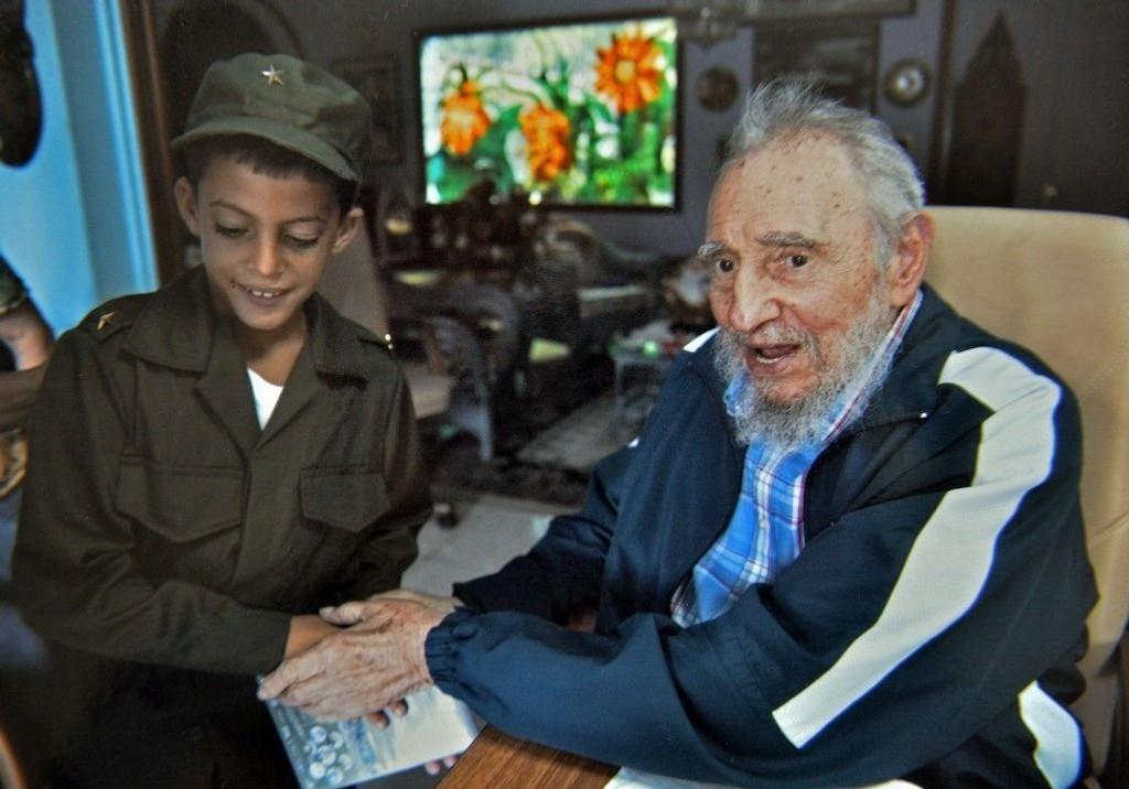 Fidel Castro avbildet august 2014 med en ung beundrer.
