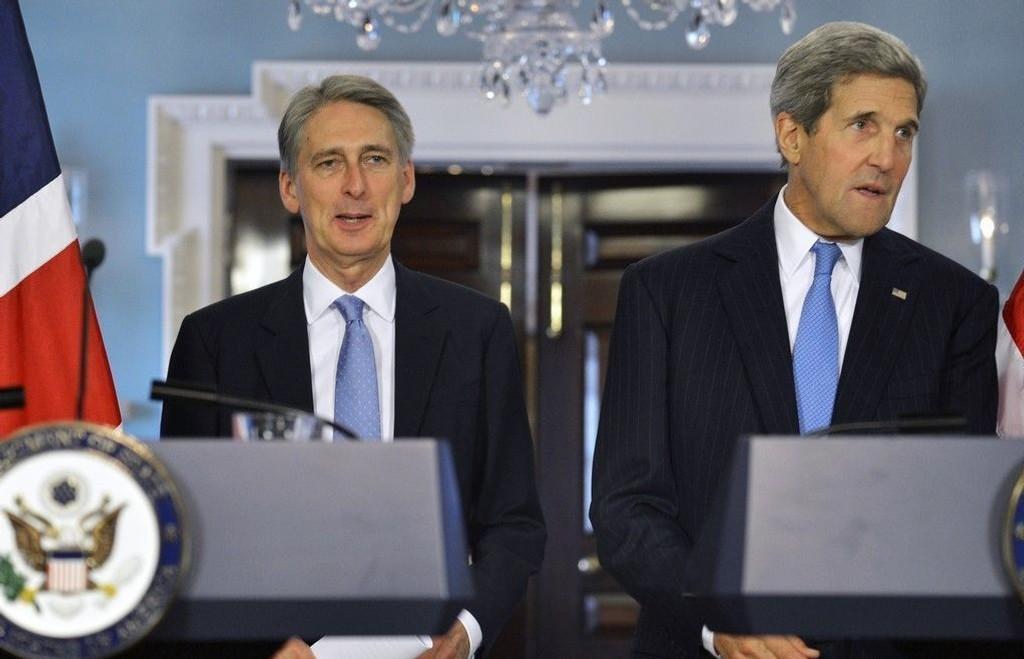 Storbritannias utenriksminister Philip Hammond (til venstre) og USAs utenriksminister John Kerry på en felles pressekonferanse i oktober 2014.