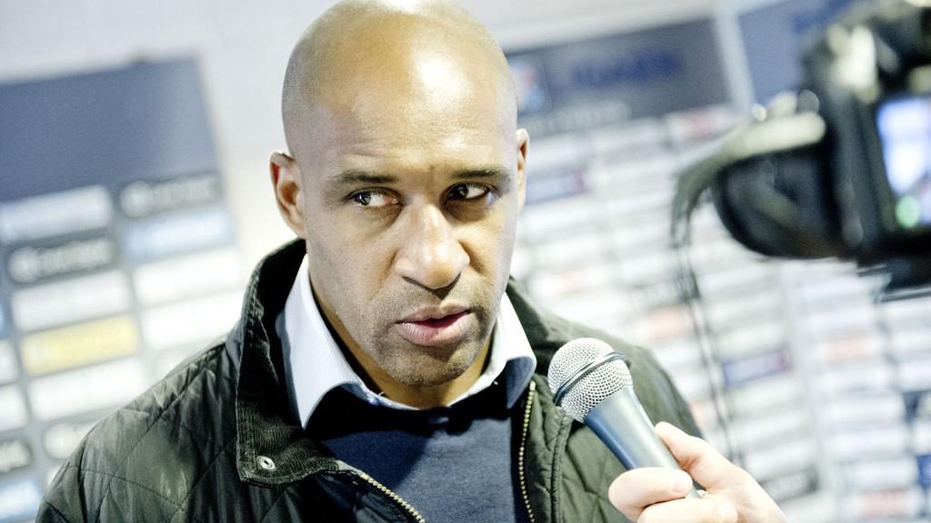 Engelsk fotball sliter med rasisme, hevder FIFA-visepresident Jeffrey Webb. Sarpsborg-trener Brian Deane støtter Webbs utspill
