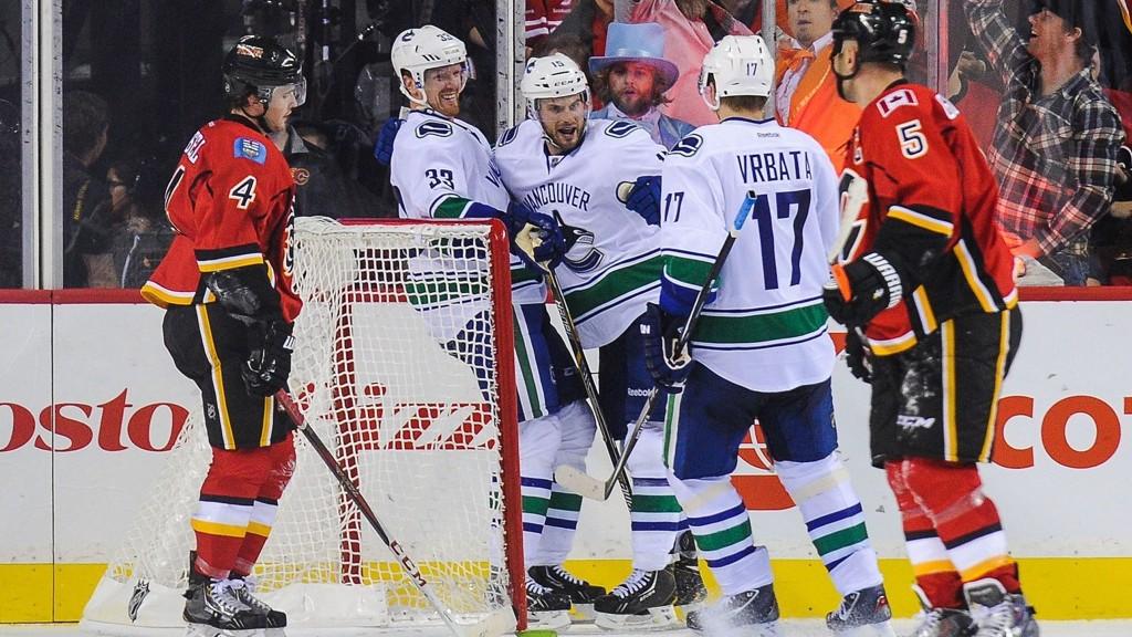 Svenske Henrik Sedin (#33) scoret et av målene da Calgary Flames slo Vancouver Canucks 4-2 i NHL-premieren natt til torsdag.