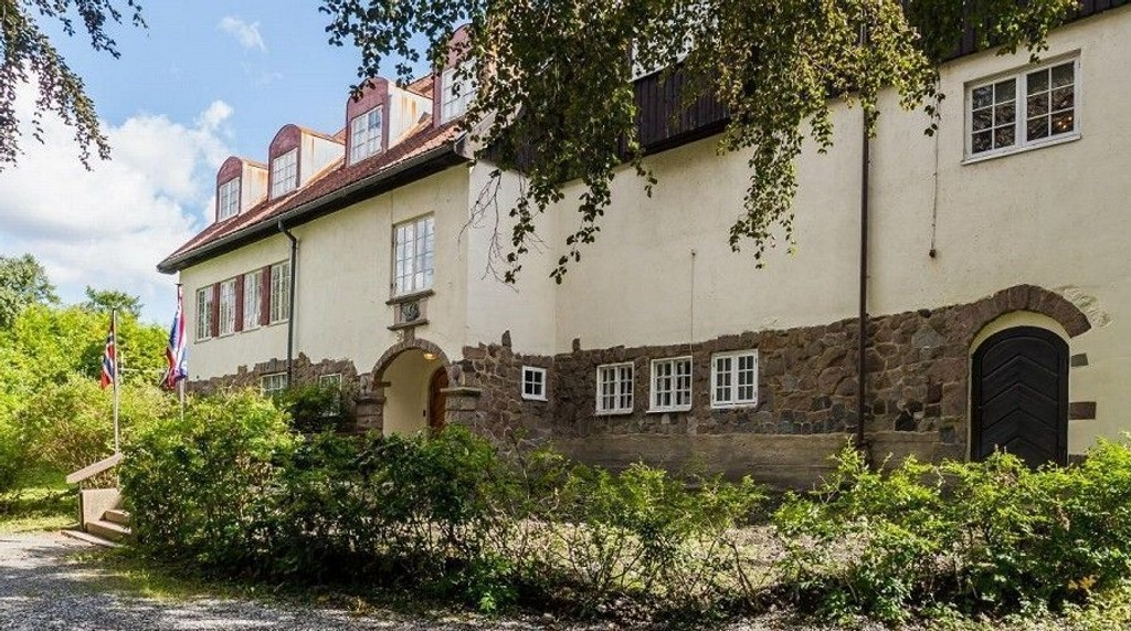 Villaen, som har adresse Admiral Børresens vei er på hele 620 kvadratmeter. Eiendommen er en av få som ikke har vært i privat eie i området. Det kan bli forandret om den blir solgt.