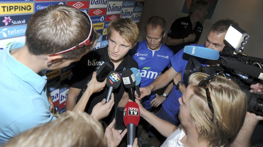 POPULÆR GUTT: Pressen flokker seg rundt Martin Ødegaard så fort den får sjansen.