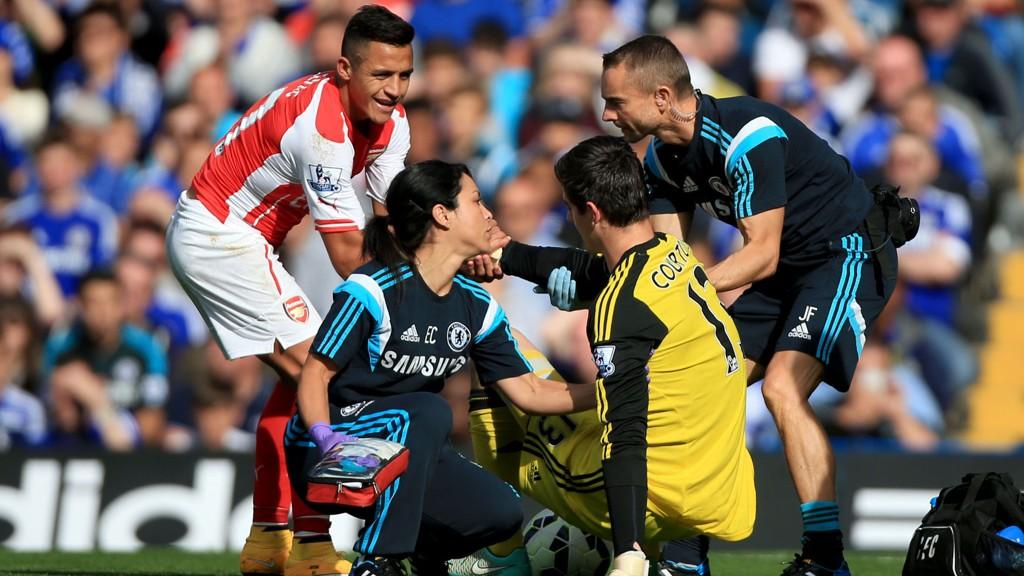 DET GIKK HELDIGVIS BRA: Alexis Sanchez hjelper Thibaut Courtois på beina igjen etter hodesmellen.