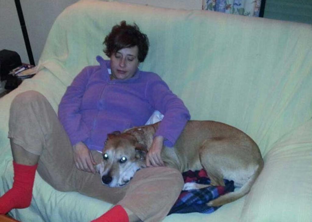Sykepleier Teresa Romero Ramos (44) ble smittet med det dødelige viruset da hun pleiet to misjonærer som hadde vært i Vest-Afrika. Her er hun avbildet med hunden sin, som ble avlivet i frykt for at den også var smittet av ebola.