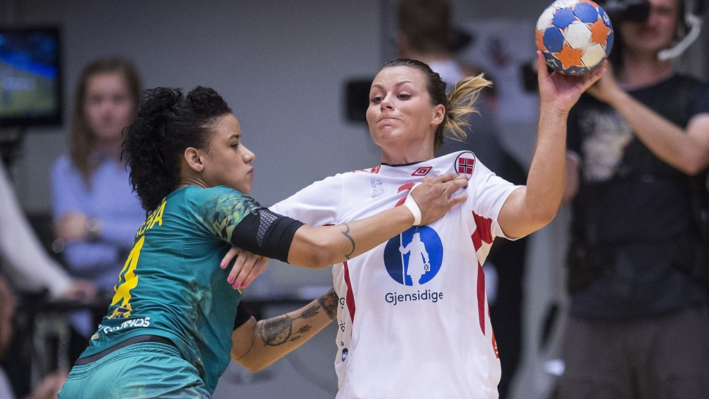 DOMINERTE: Nora Mørk var toneangivende for Norge. Her i duell med Samira Rocha.