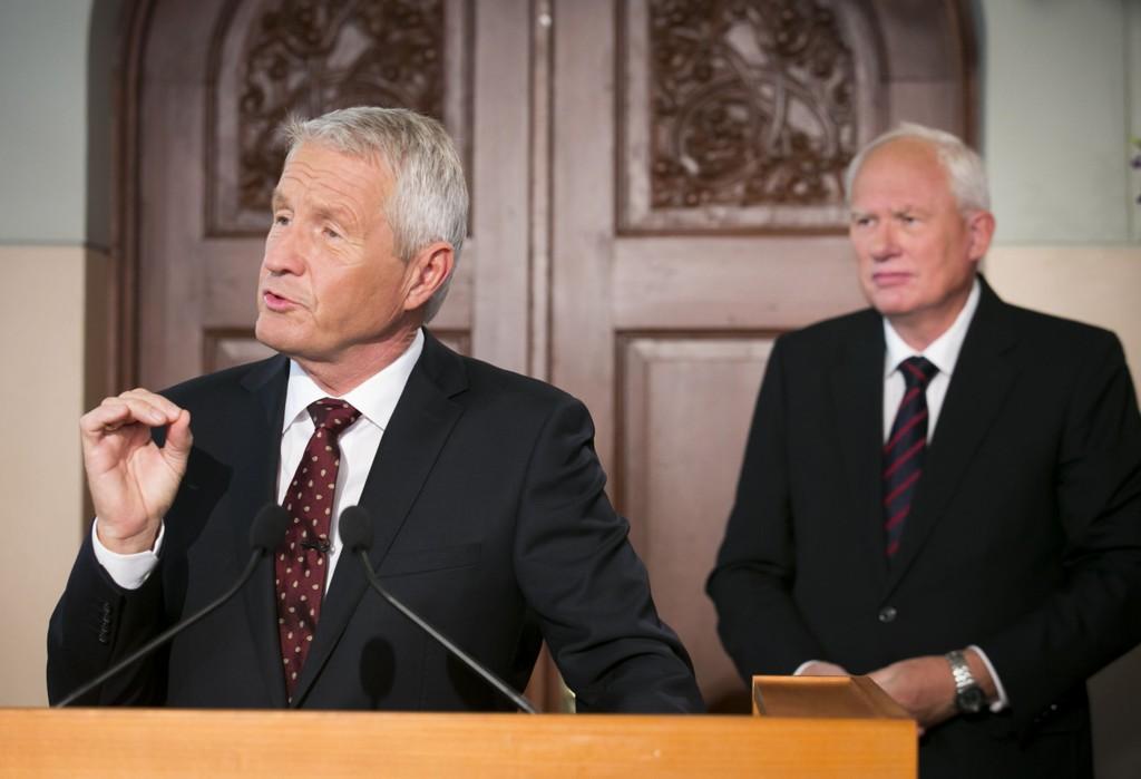 Komitéleder Thorbjørn Jagland og Nobelinstituttets direktør Geir Lundestad avbildet da de kunngjorde fjorårets prisvinner, Organisasjonen for forbud mot kjemiske våpen (OPCW).