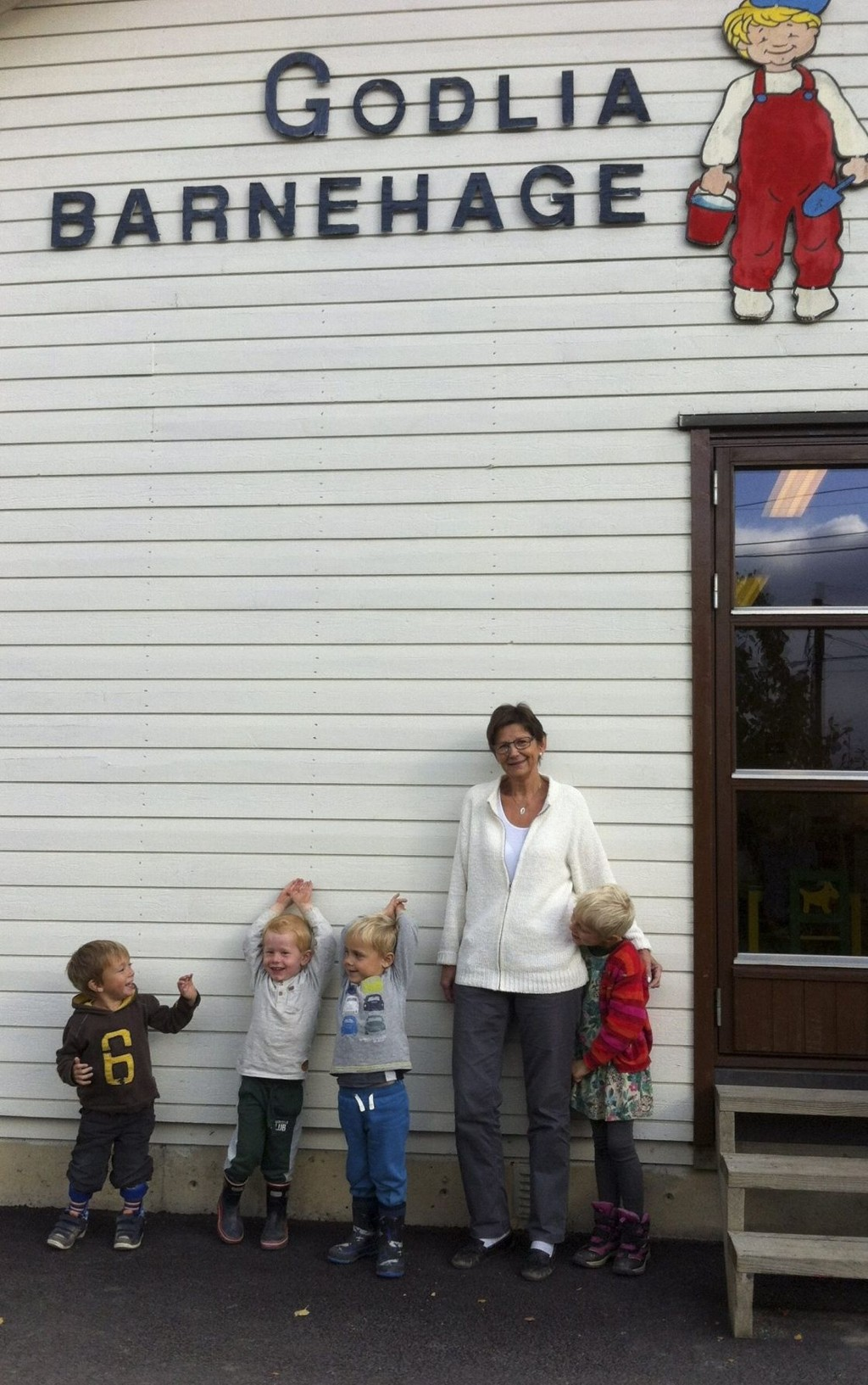 KLARE FOR FEST: Styrer Elisabeth Larsen sammen med noen av dagens barnehagebarn, som gleder seg til lørdagens 25-årsfest. Fra venstre: Sigurd, Eirik, Hans og Liv. Foto: Privat
