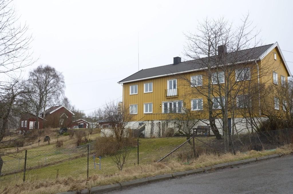 KAN BLI BARNEHAGE: Plan- og bygningsetaten foreslår at dette gule våningshuset med hage blir barnehage/uformell møteplass for nærmiljøet. Foto: Nina Olsen
