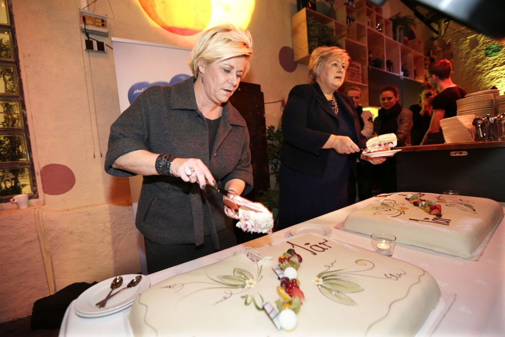 FEIRET: Regjeringen markerte torsdag ettårsdagen. Finansminister Siv Jensen og statsminister Erna Solberg feiret dagen med store kakestykker.