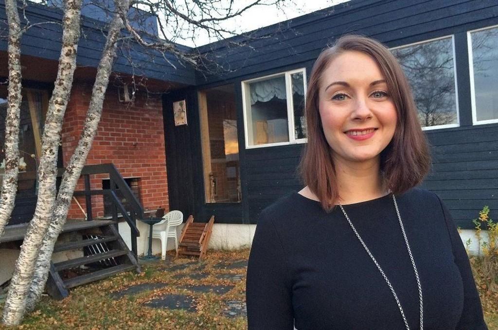 SELGER: Cecilie-Marie Storslett, eiendomsmeglerfullmektig i Eiendomsmegler1, med den solgte eneboligen i bakgrunnen.