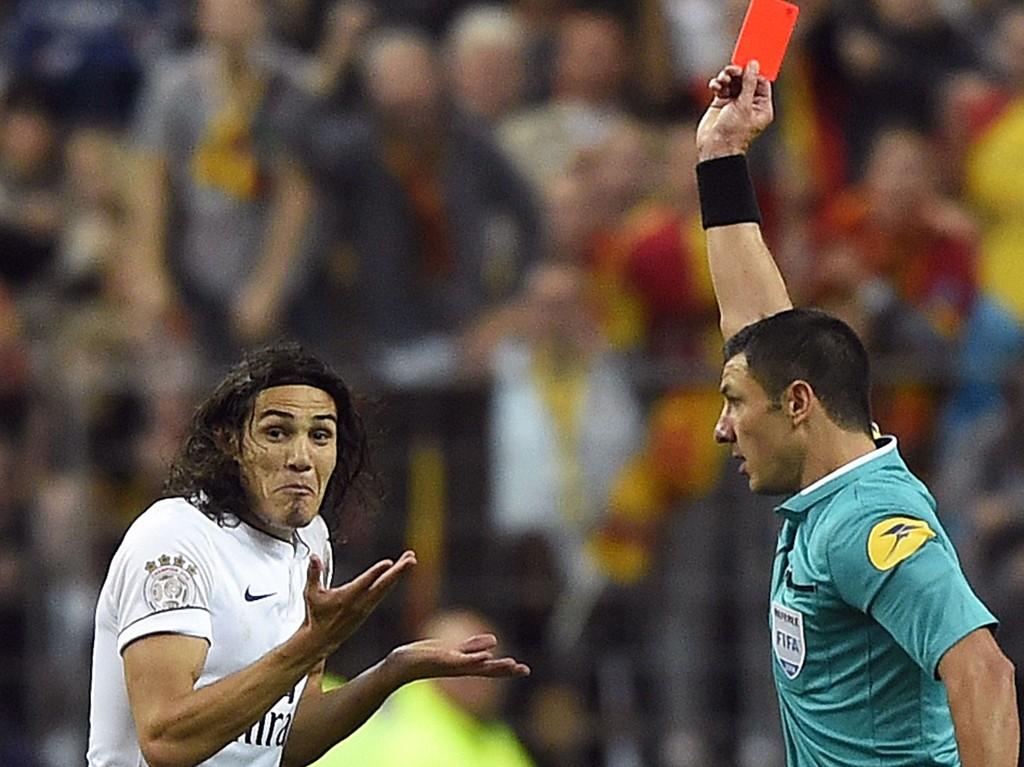 I DUSJEN: Edinson Cavani trakk på både skuldre og smilebånd da han fikk marsjordre av dommeren i Paris Saint-Germains bortekamp mot Lens.