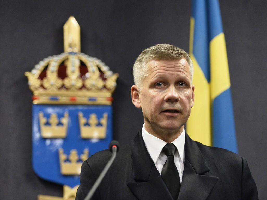 Kommendør Jonas Wikström holder pressekonferanse om aksjonen i Stockholms skjærgård.