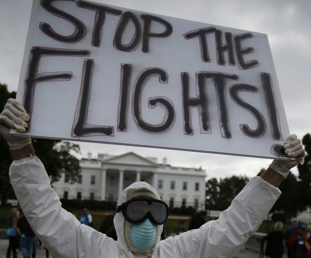 EBOLA-FRYKT: Jeff Hulbert fra Maryland demonstrerte denne uken for reiseforbud fra Vest-Afrika utenfor Det hvite hus i Washington. President Barack Obama sier dette er tiltak som ikke har noe for seg.