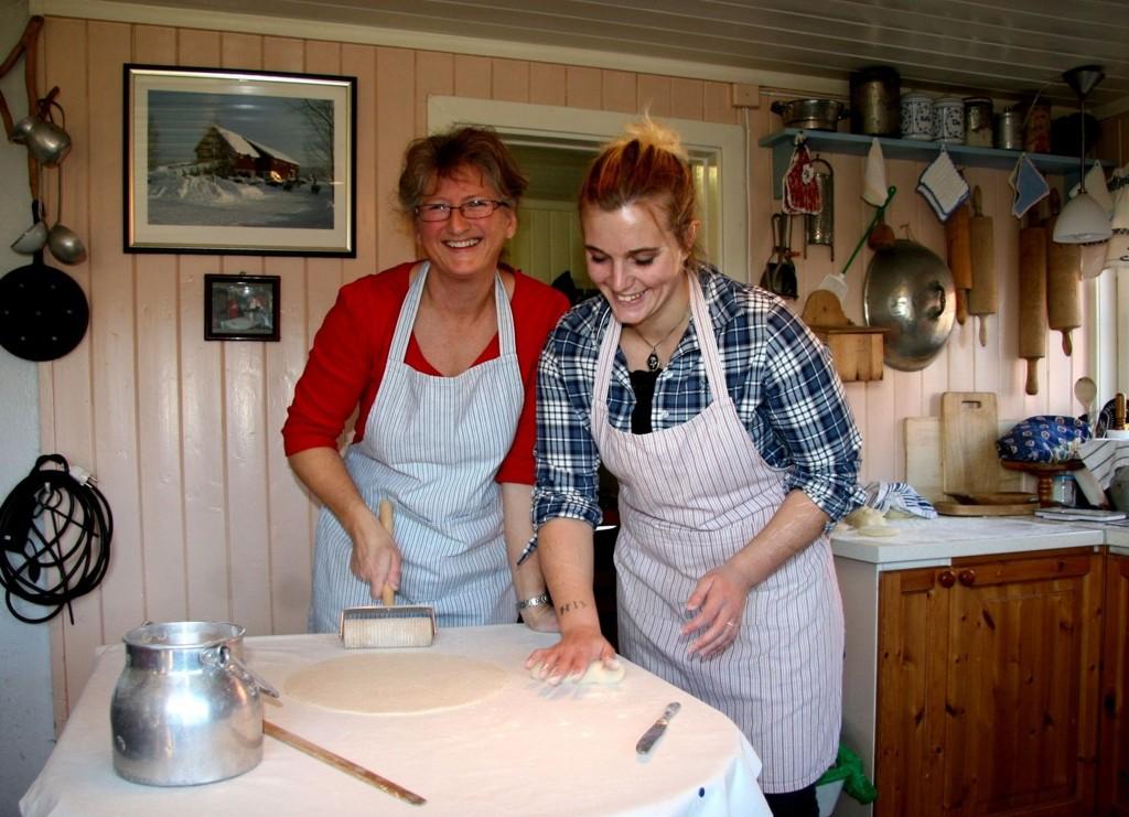 FORBEREDELSER: Tori Bakke (til v) og niesen Ellen Svendsen baker til det store julemarkedet. Foto: Kristin Tufte Haga