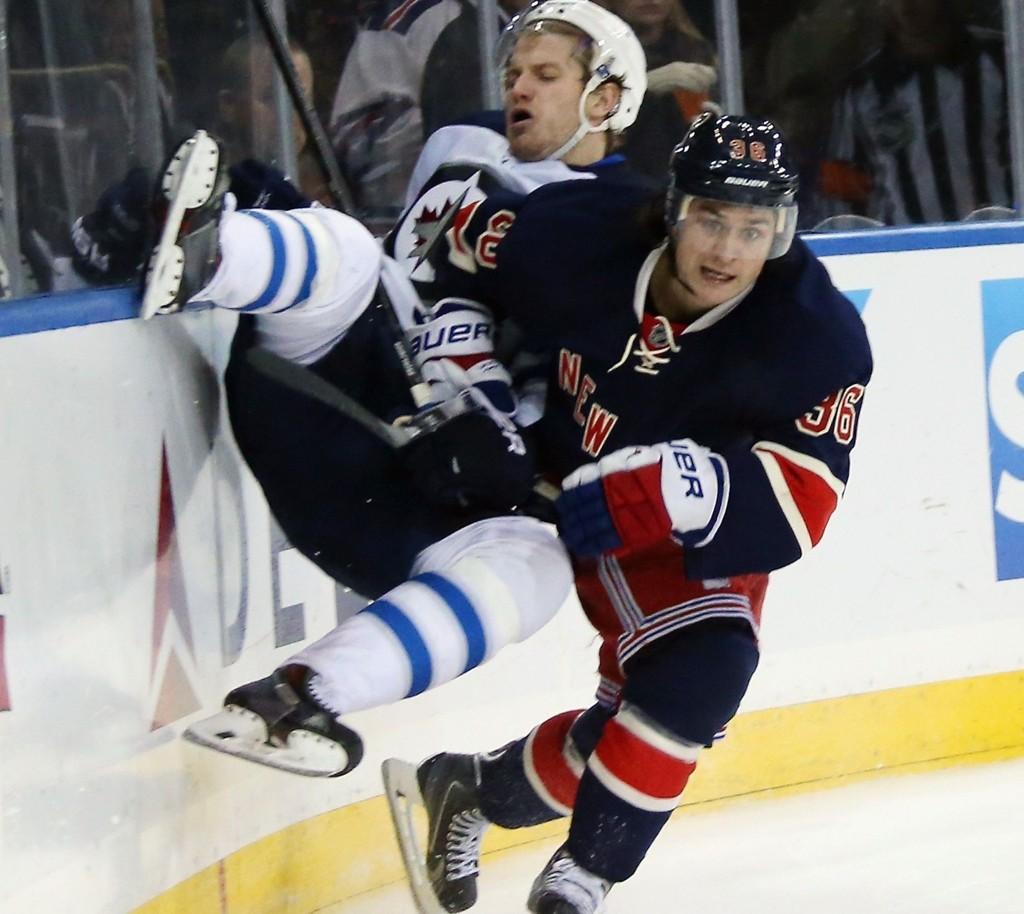 TØFFE TAK: Mats Zuccarello viste muskler i denne duellen med Bryan Little, men måtte til slutt se at det var Winnipeg Jets som kunne juble for seier.